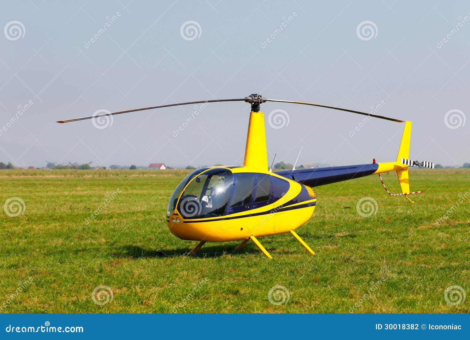Elicottero Giallo Sul Campo Fotografia Stock Immagine Di Mosca