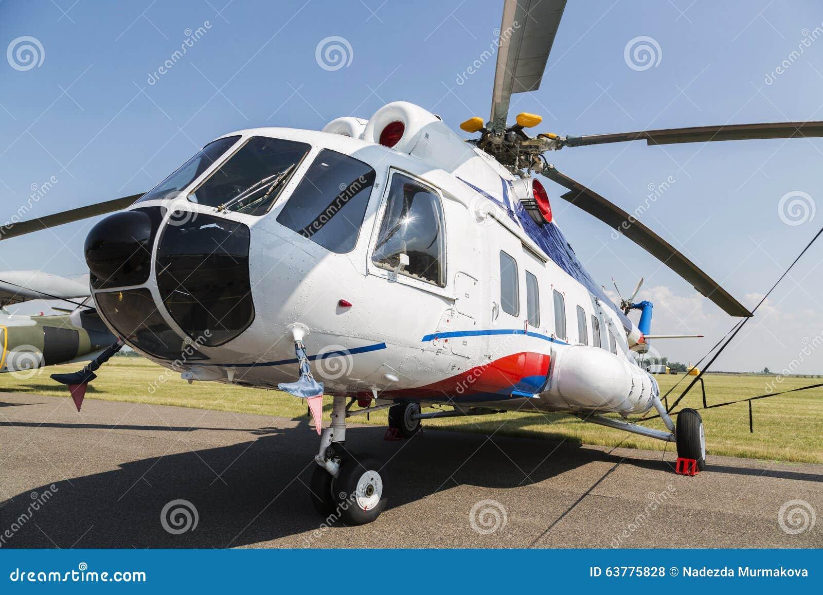 Elicottero 8 : Elicottero mi nel campo di erba verde fotografia stock