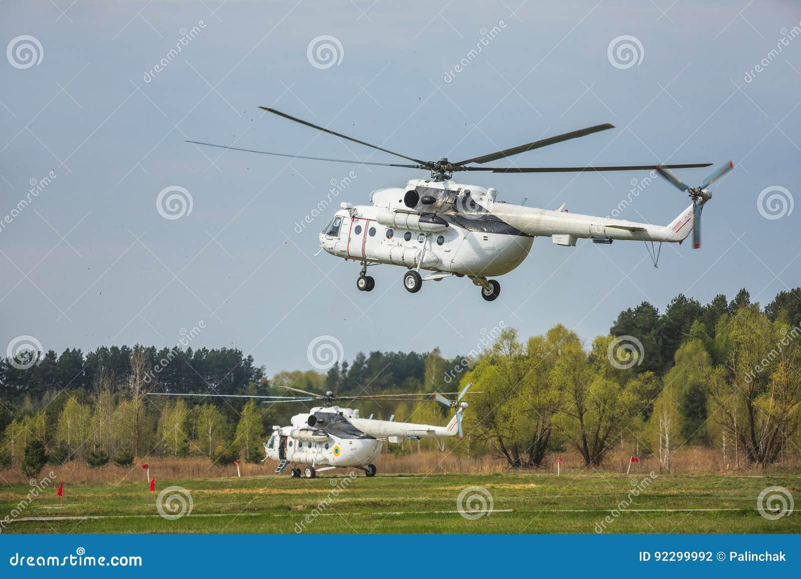 Elicottero 8 : Elicottero militare ucraino mi fotografia editoriale immagine