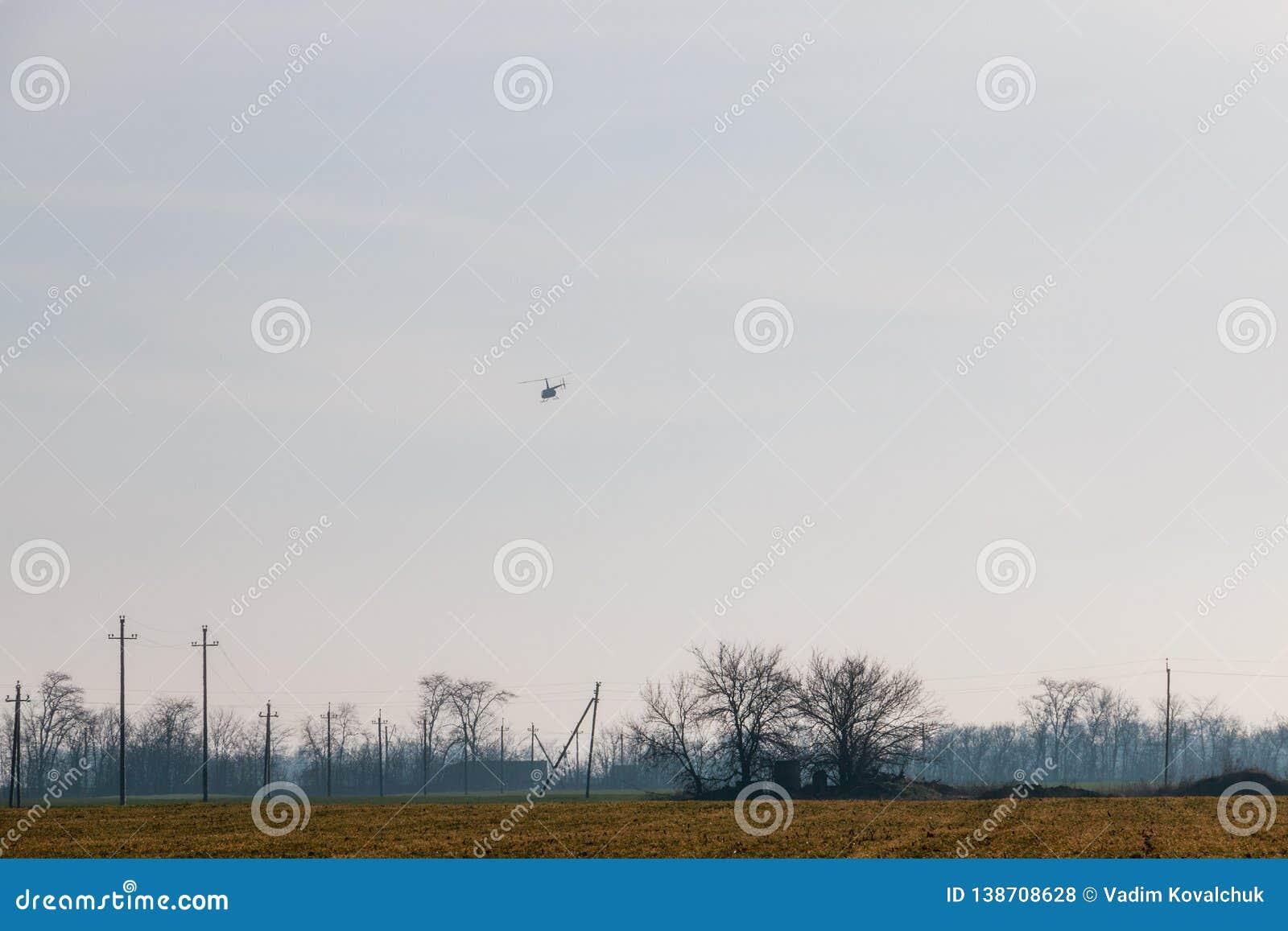 Elicottero nel cielo blu
