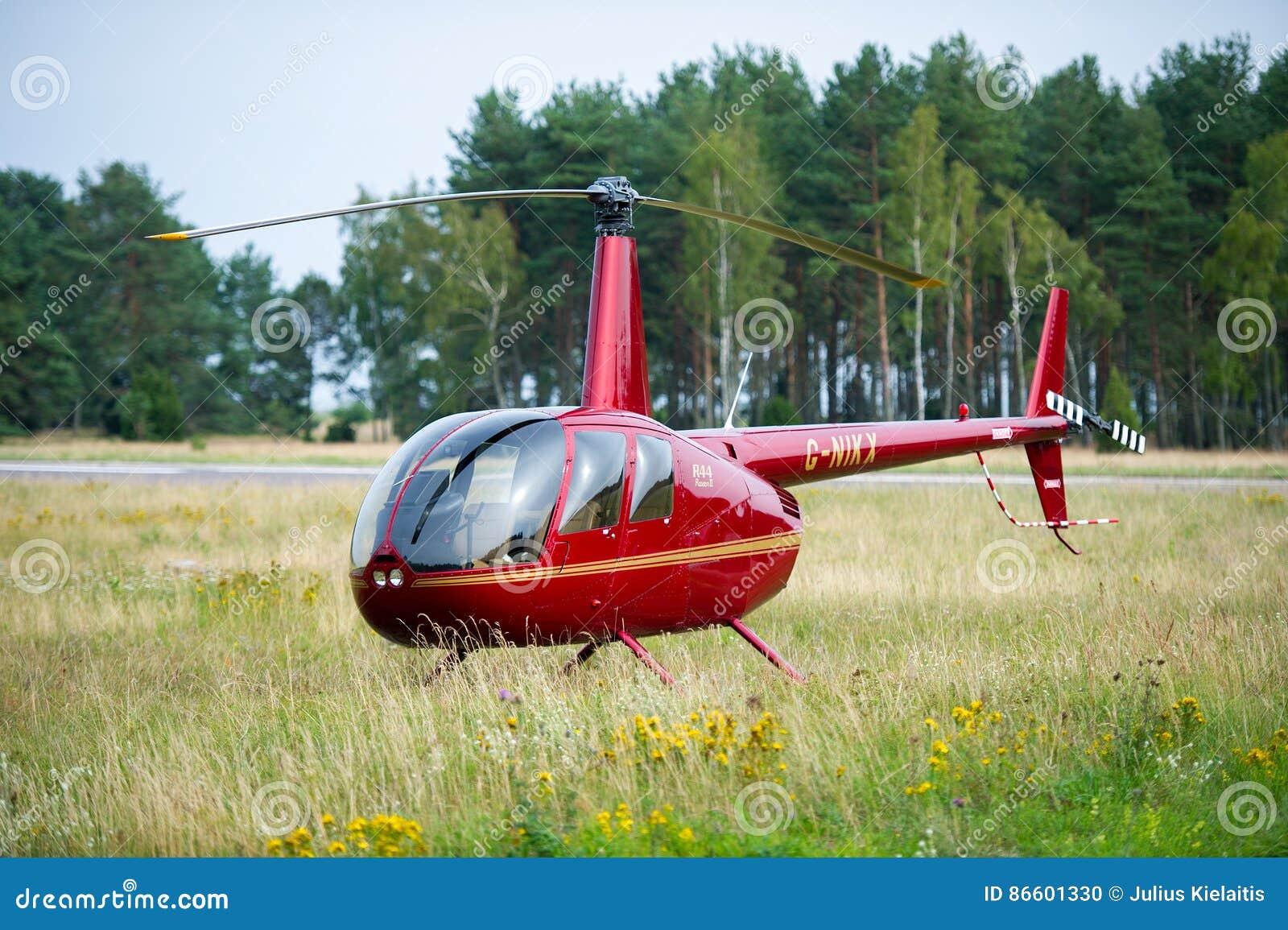 Elicottero R66 : Elicottero robinson r in un prato vicino al airoport di nida