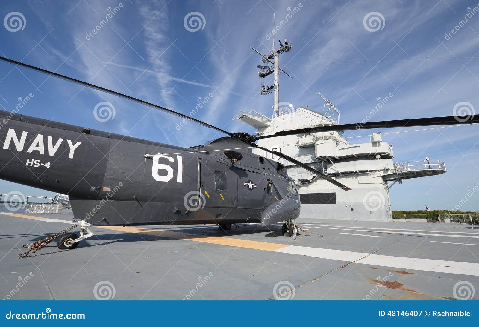 Elicottero Quarto : Elicottero sulla piattaforma di volo dei portaerei immagine stock