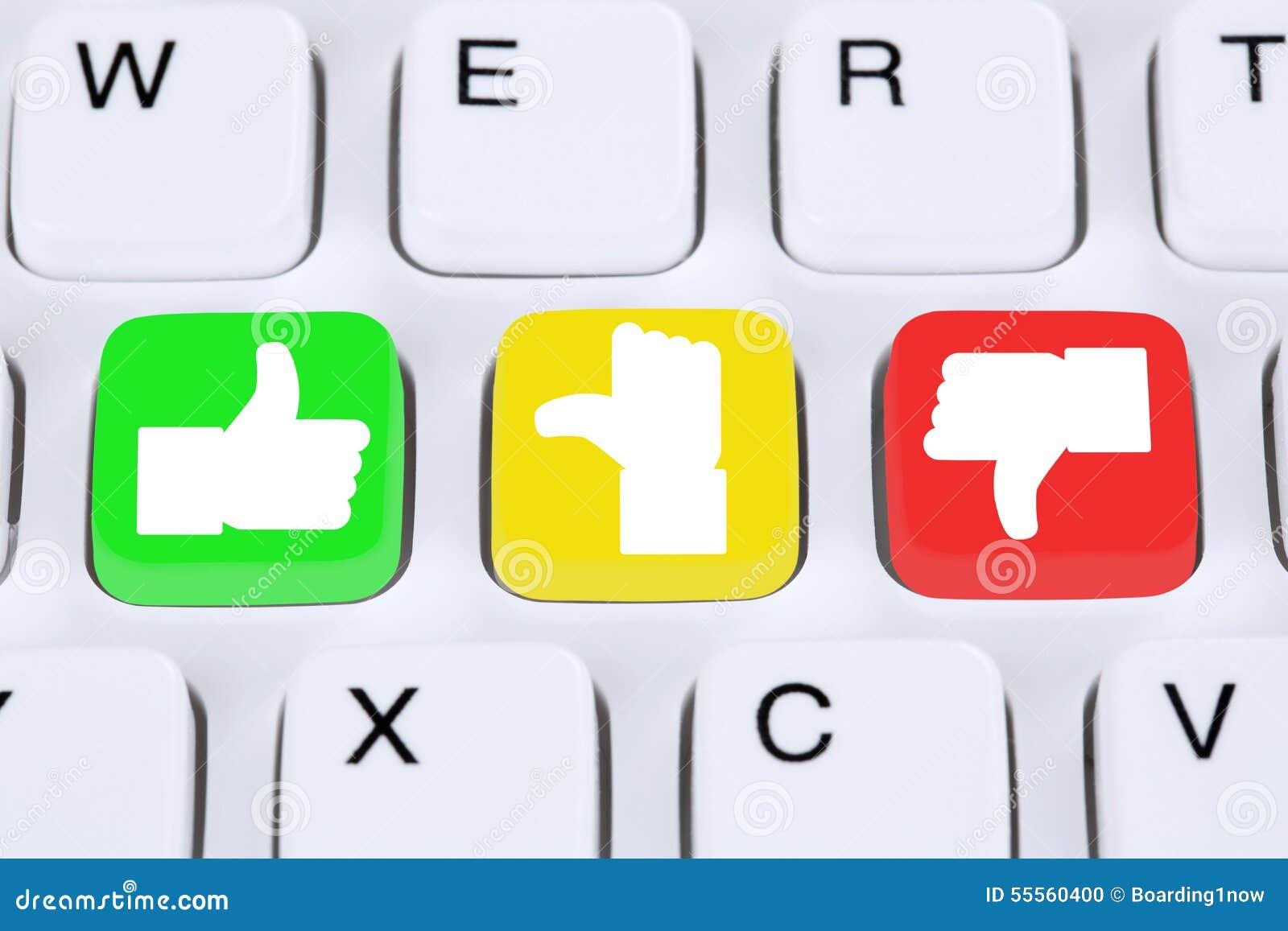 Eligiendo la reacción de la calidad del servicio de atención al cliente con los pulgares para arriba y haga