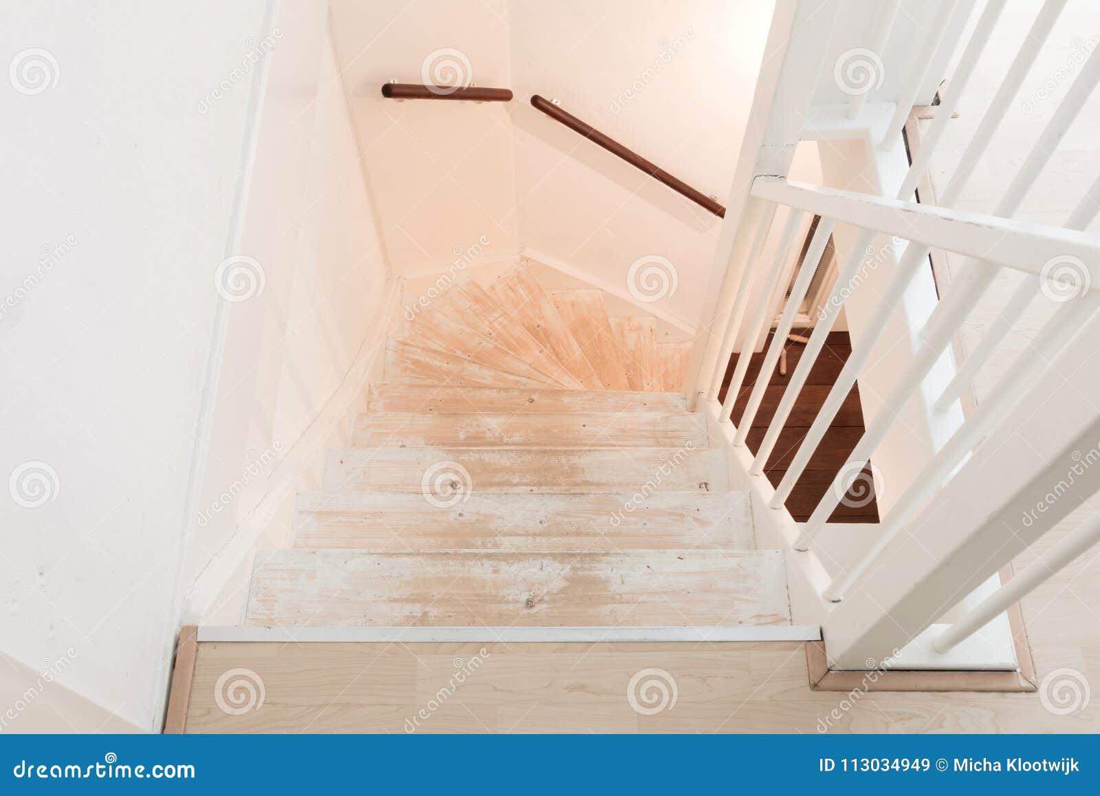 Eliminación de la alfombra, del pegamento y de la pintura de las escaleras de un vintage
