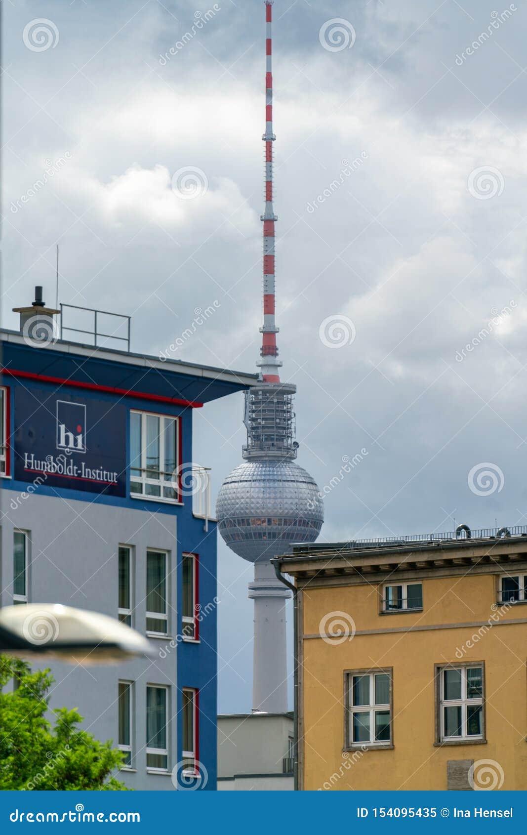 Elisabeth-Schwarzhaupt-Platz, Nordbahnhof, Berlin, Allemagne - 7 juillet 2019 : vue de la tour de TV dans la distance