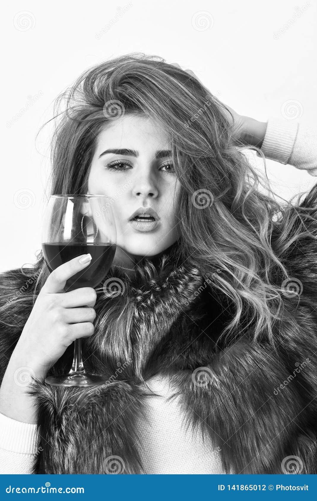 Elitfritid Lockig frisyr för dammodemodell att tycka om elitvin Vinkulturbegrepp kvinnadrinkvin anledningar