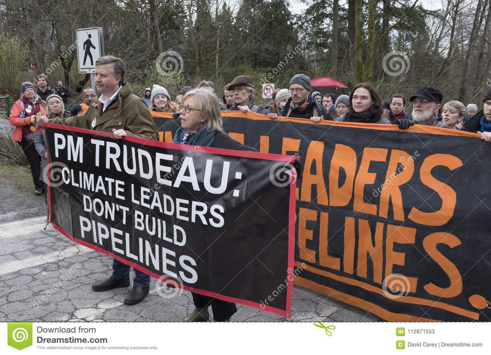 Elizabeth May e Kennedy Stewart são prendidos no local do protesto de Kinder Morgan em Burnaby, BC