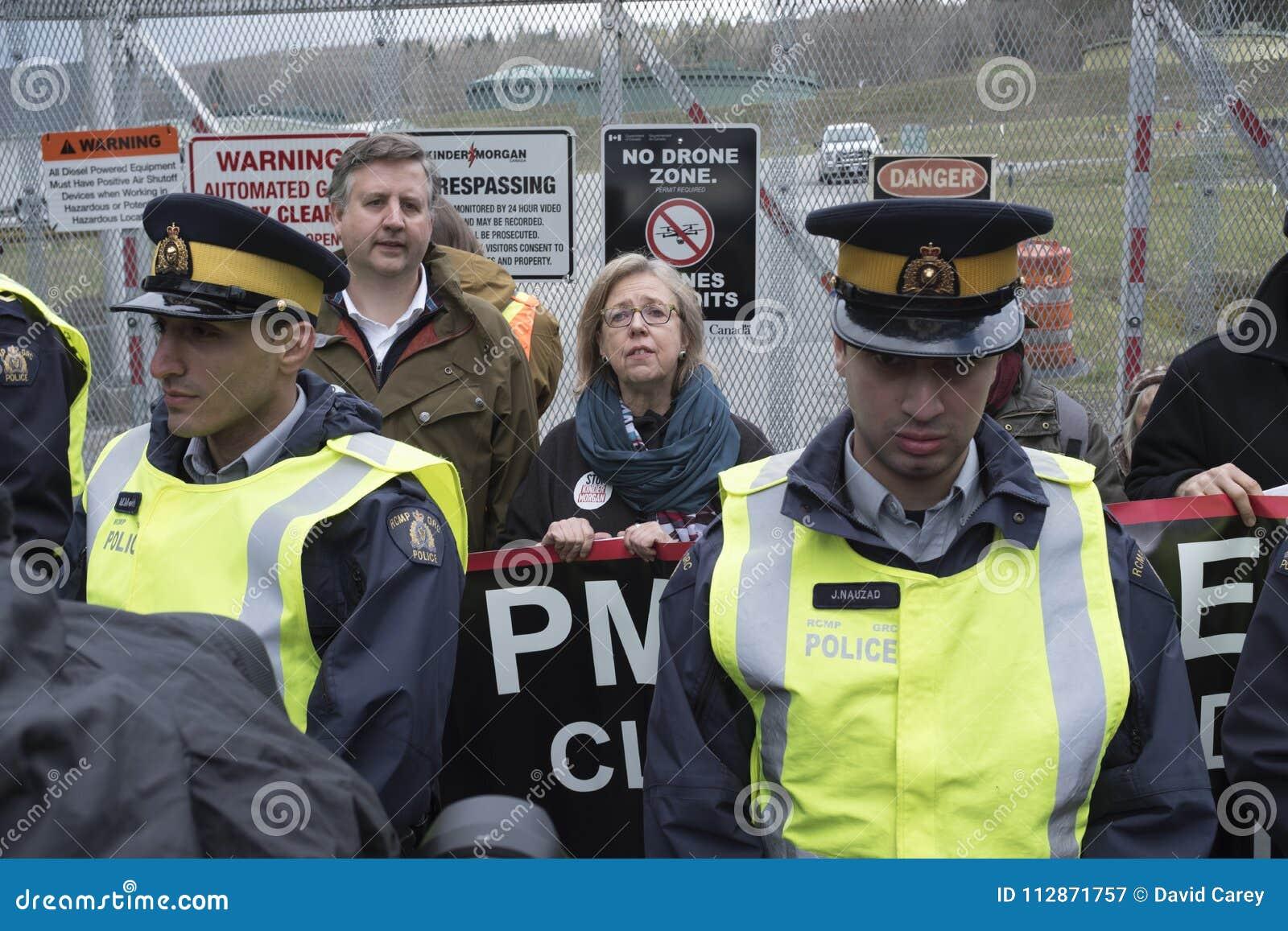 Elizabeth May och Kennedy Stewart som arresteras på den Kinder Morgan behållarelantgården i Burnaby, F. KR.