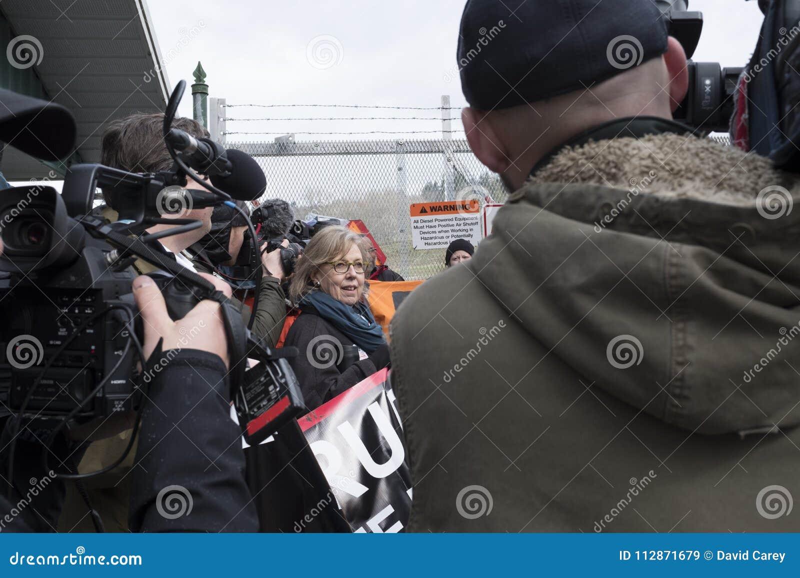Elizabeth May prendeu no local do protesto de Kinder Morgan em Burnaby, BC