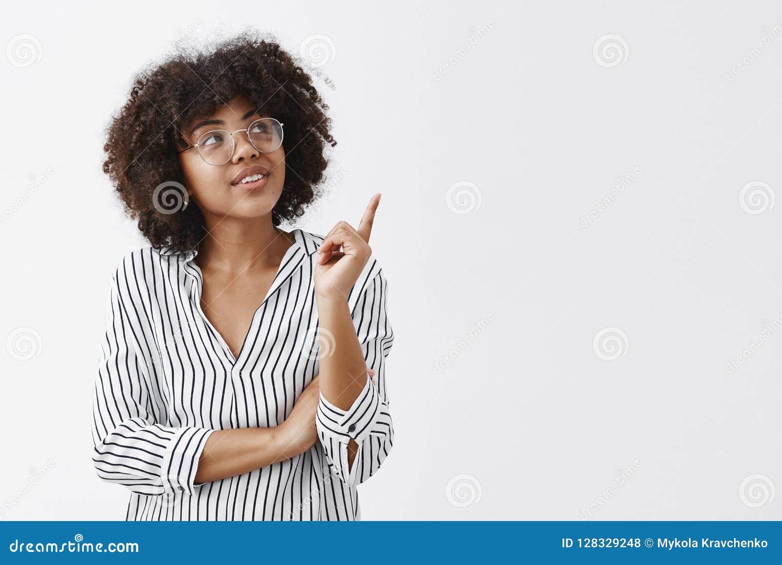 Ella consiguió grandes ideas útiles para su equipo Retrato de la hembra elegante y elegante intrigante en blusa y vidrios rayados