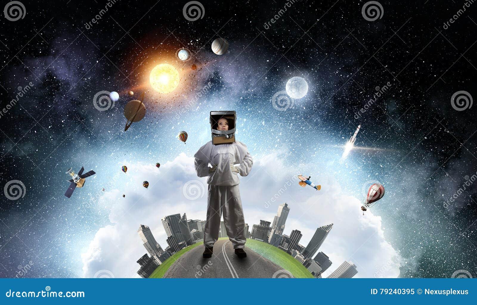 1ad87d6d735e Casco de la mujer joven y traje atractivos del astronauta que llevan.  Imágenes stock más similares