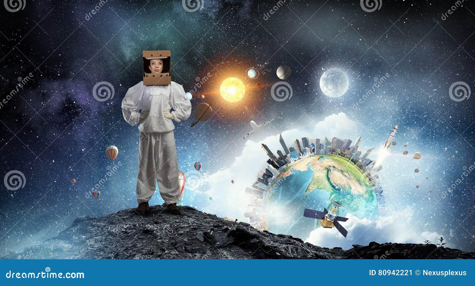 453e338abf09 Casco de la mujer joven y traje atractivos del astronauta que llevan Los  elementos de esta imagen son suministrados por la NASA
