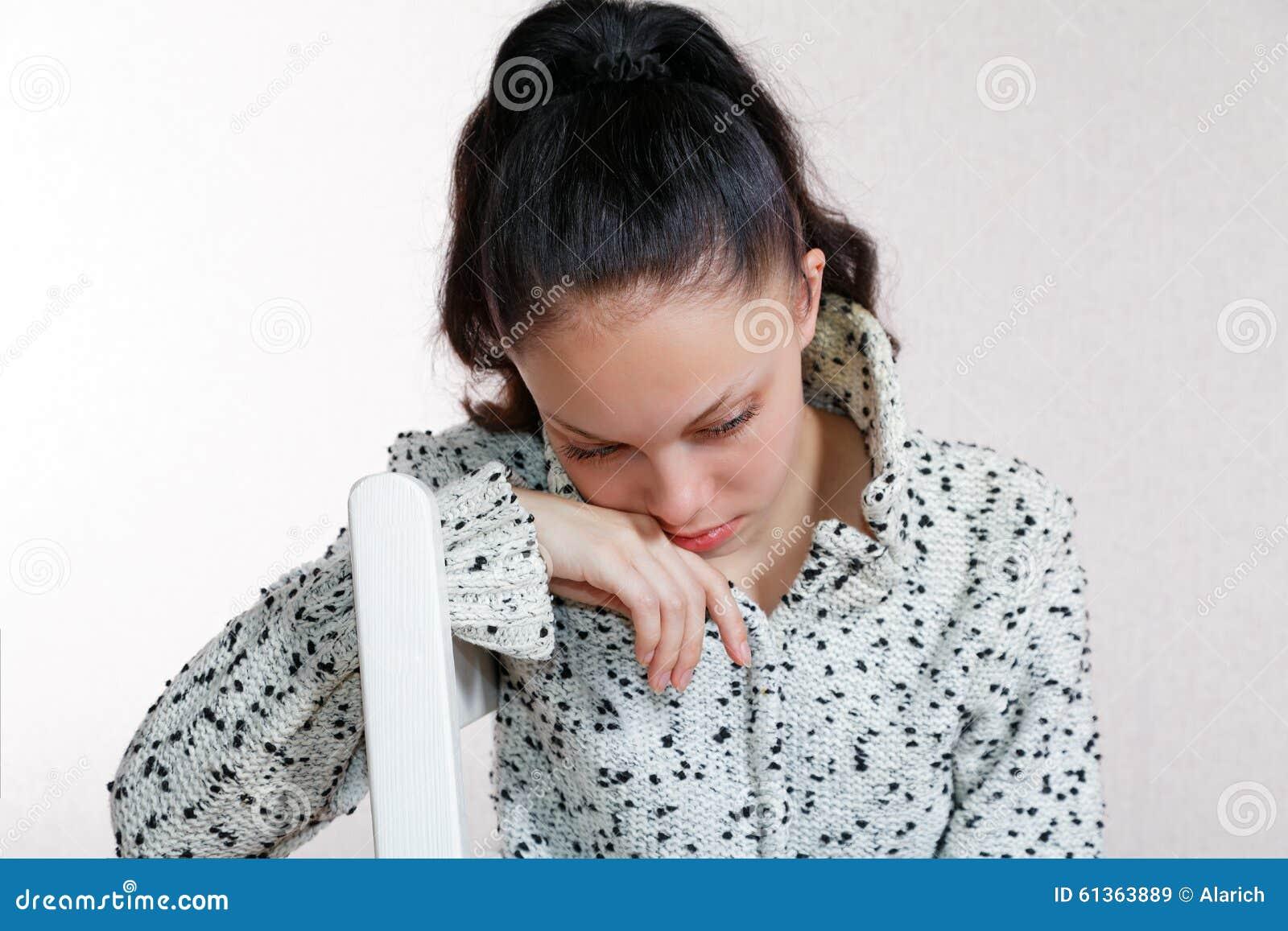 Elle a cintré sa tête se reposant sur une chaise