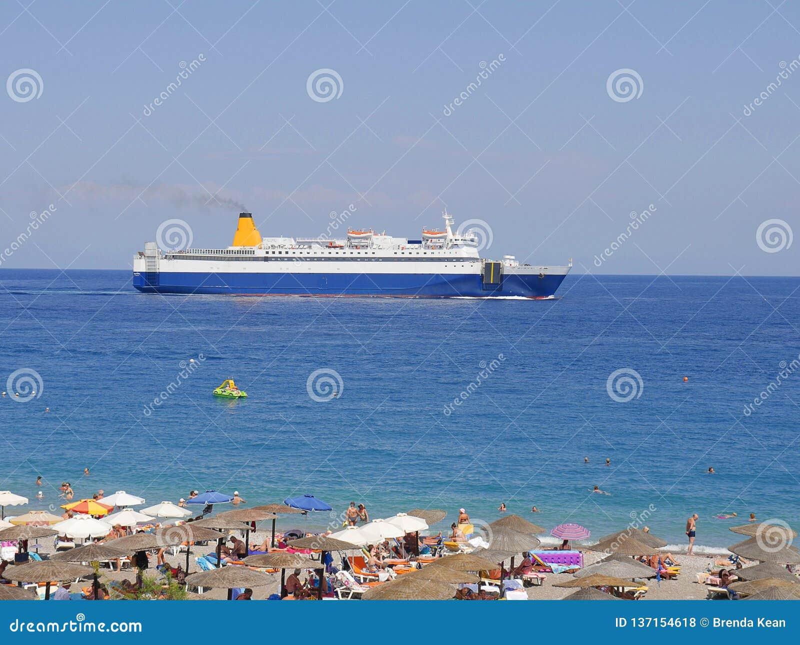 Ellie Beach che è la spiaggia più vicina a Rhodes Town ed è popolare con i locali ed i turisti egualmente