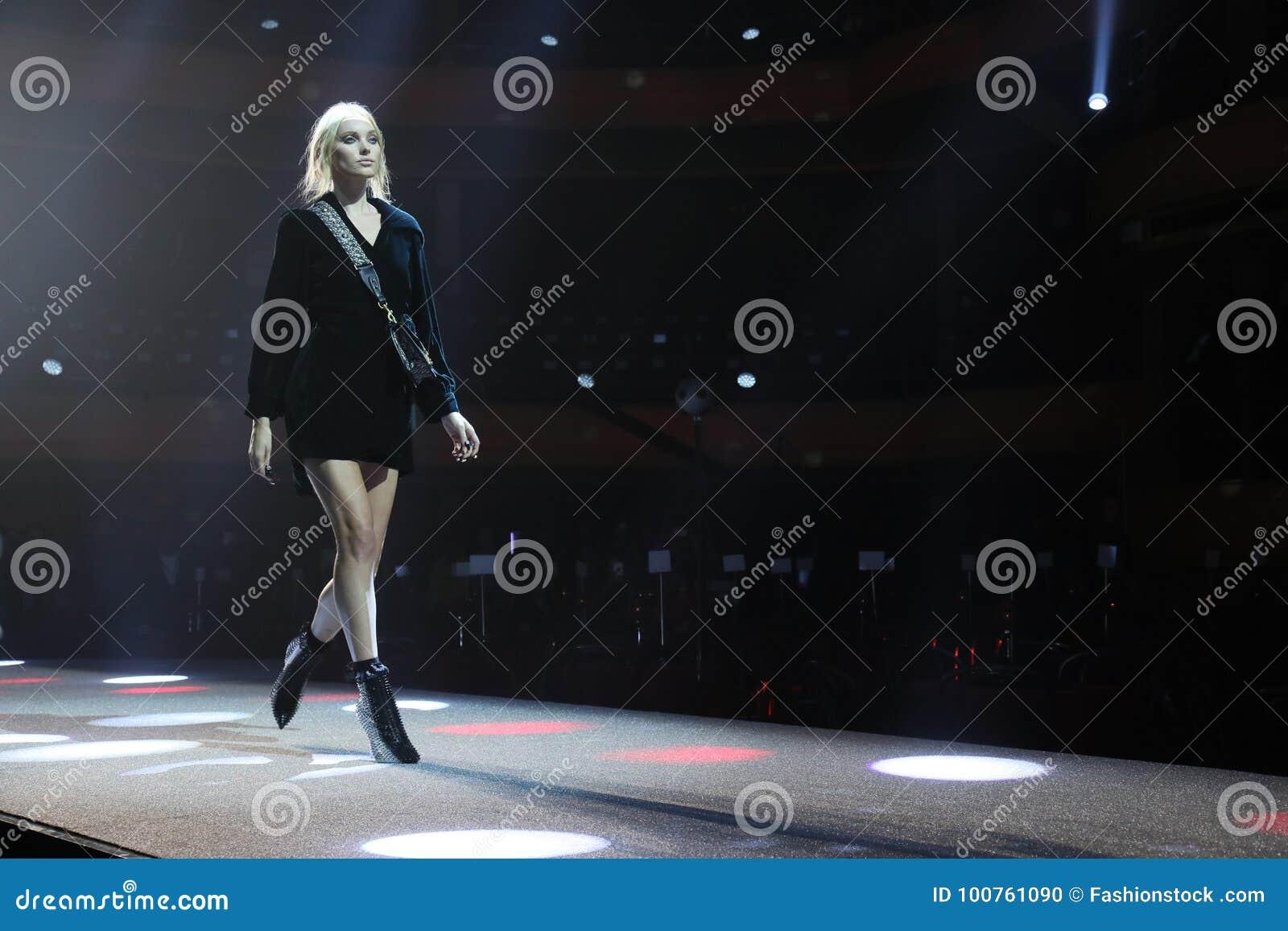 Elsa Hosk geht die Rollbahn an der Wiederholung vor Philipp Plein-Modeschau