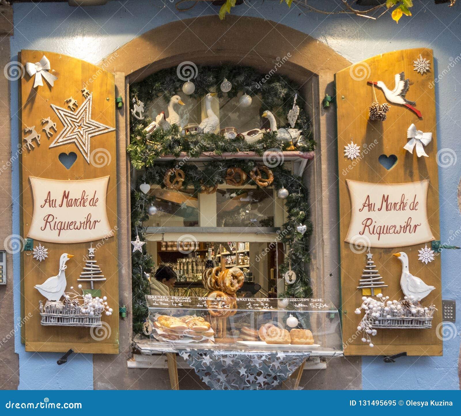 ELSAS, FRANKRIJK - DECEMBER 29, 2017: Kerstmisdecoratie op het venster van de bakkerijwinkel Lawaai in de foto