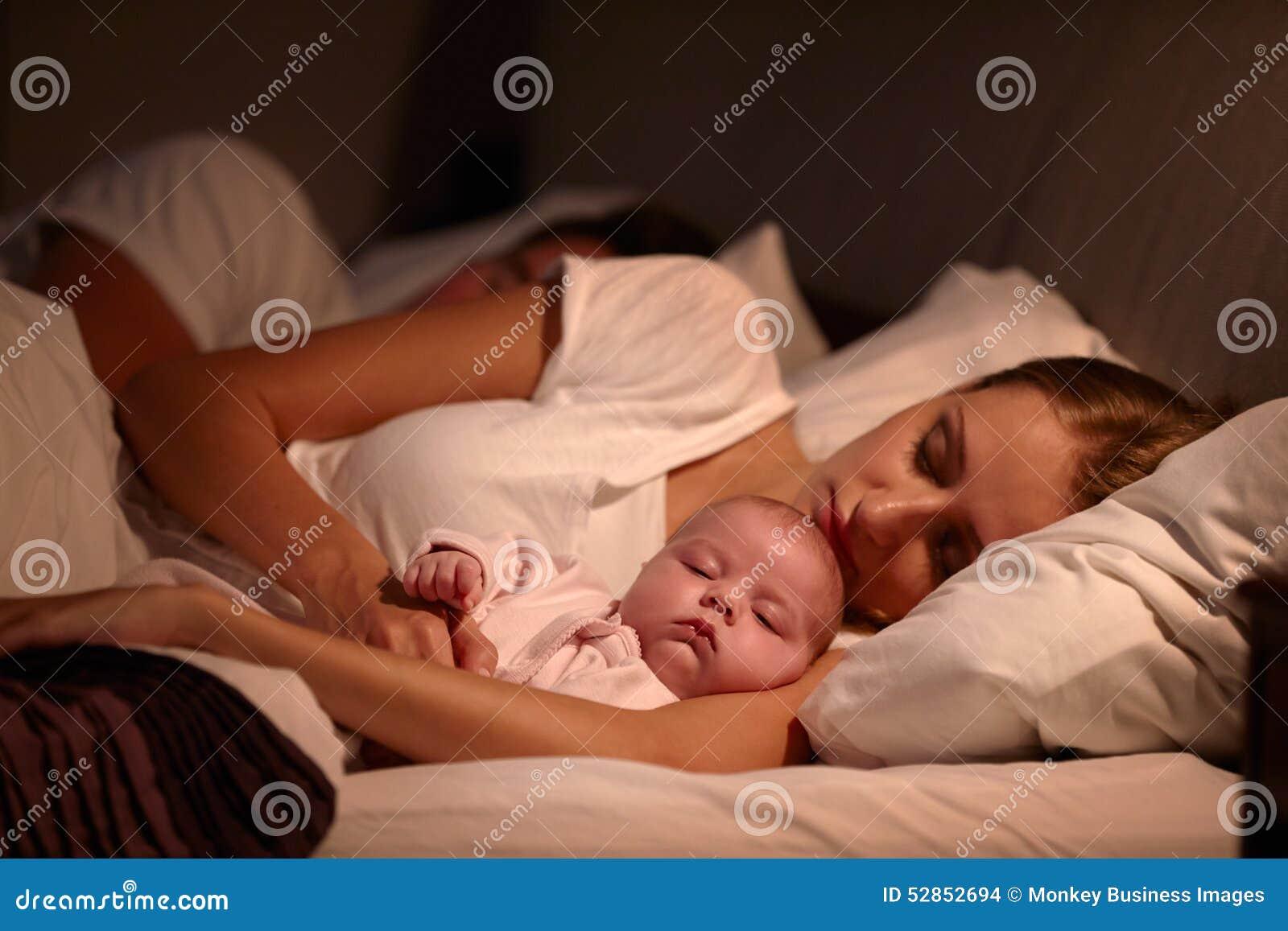 eltern, die im bett mit neugeborenem baby schlafen stockfoto, Schlafzimmer