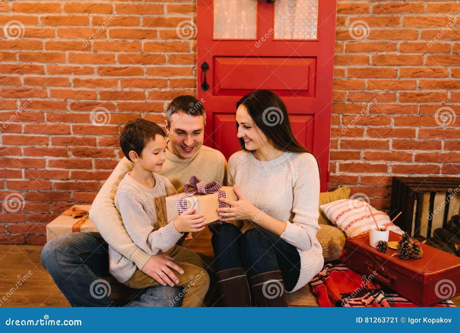 Eltern Geben Dem Kind Ein Geschenk Für Weihnachten Stockbild - Bild ...