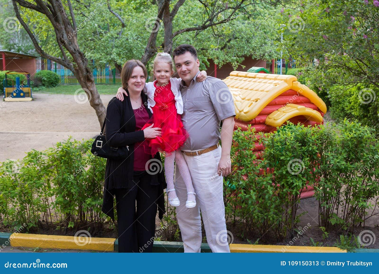 Eltern Mit Ihrer Tochter Im Spielplatz Im Garten Stockbild Bild