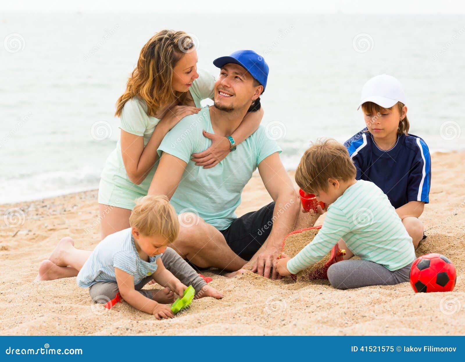 Eltern mit Kindern an der Küste