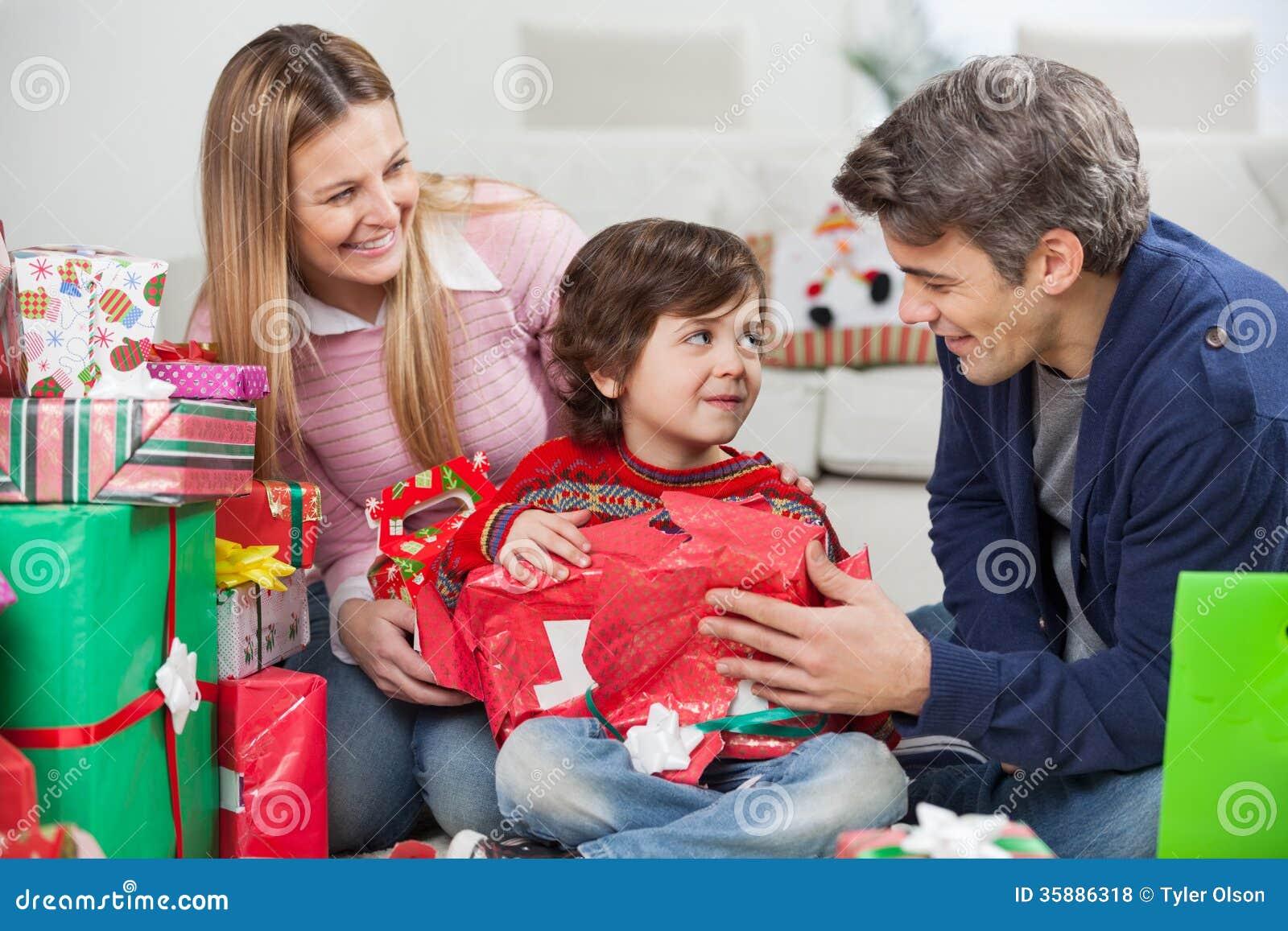 Eltern Mit Sohn-Öffnungs-Weihnachtsgeschenk Stockfoto - Bild von ...