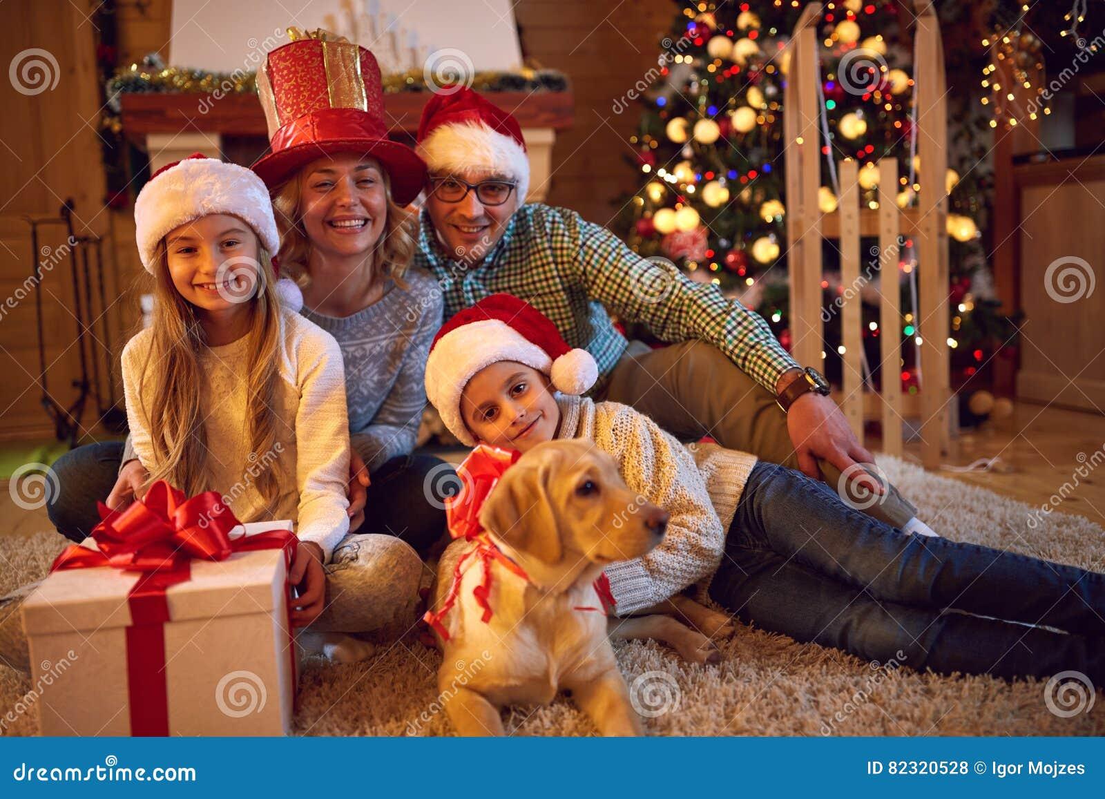 Eltern Und Kind Mit Geschenk Fur Weihnachten Stockfoto Bild Von Eltern Weihnachten 82320528