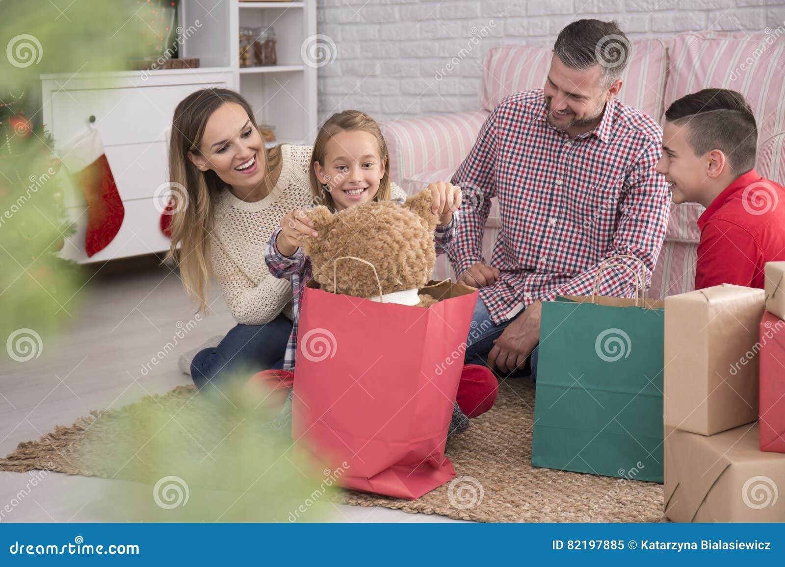 Eltern Und Kinder, Die Geschenke Auspacken Stockbild - Bild von bär ...