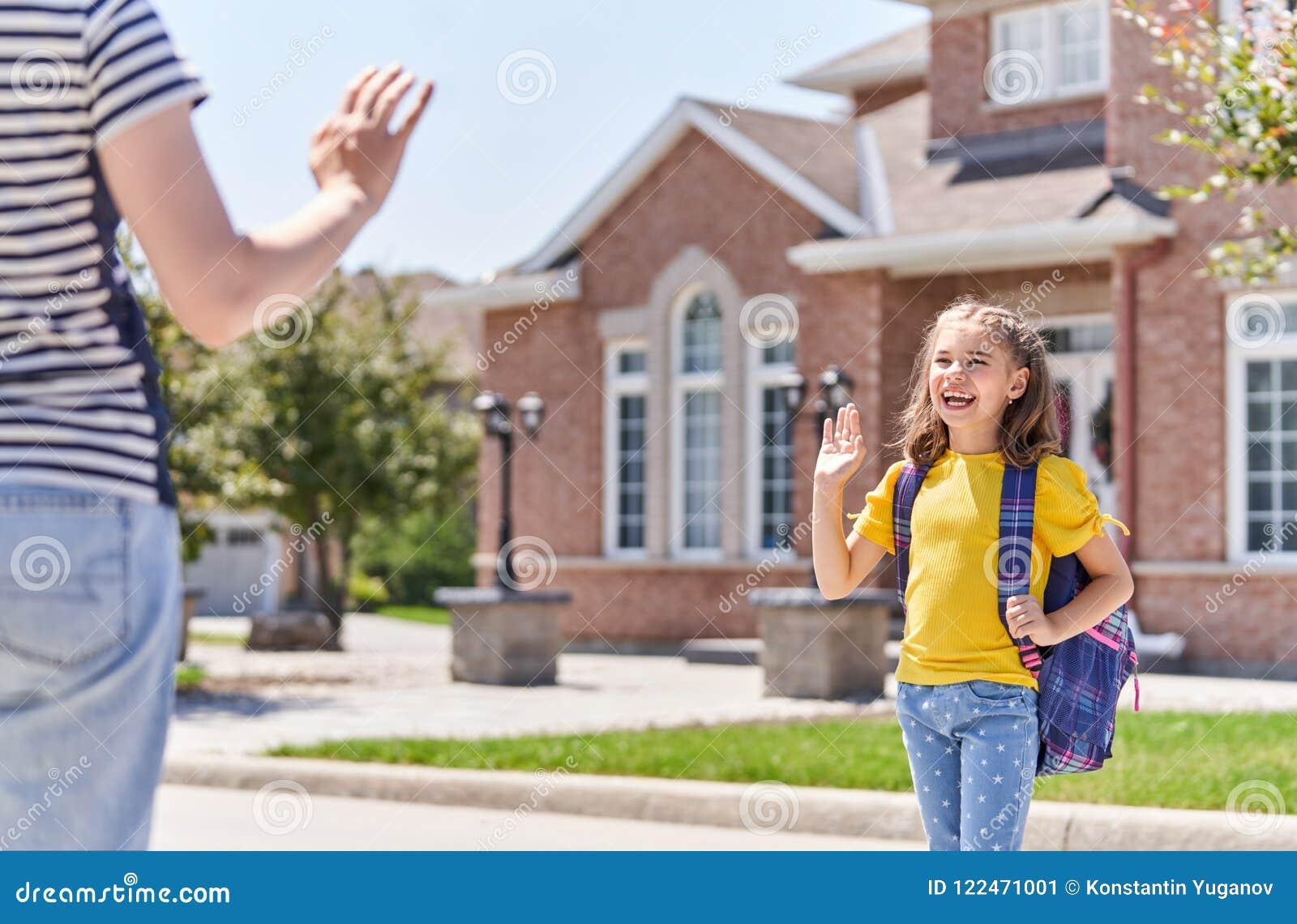 Elternteil und Schüler gehen zur Schule