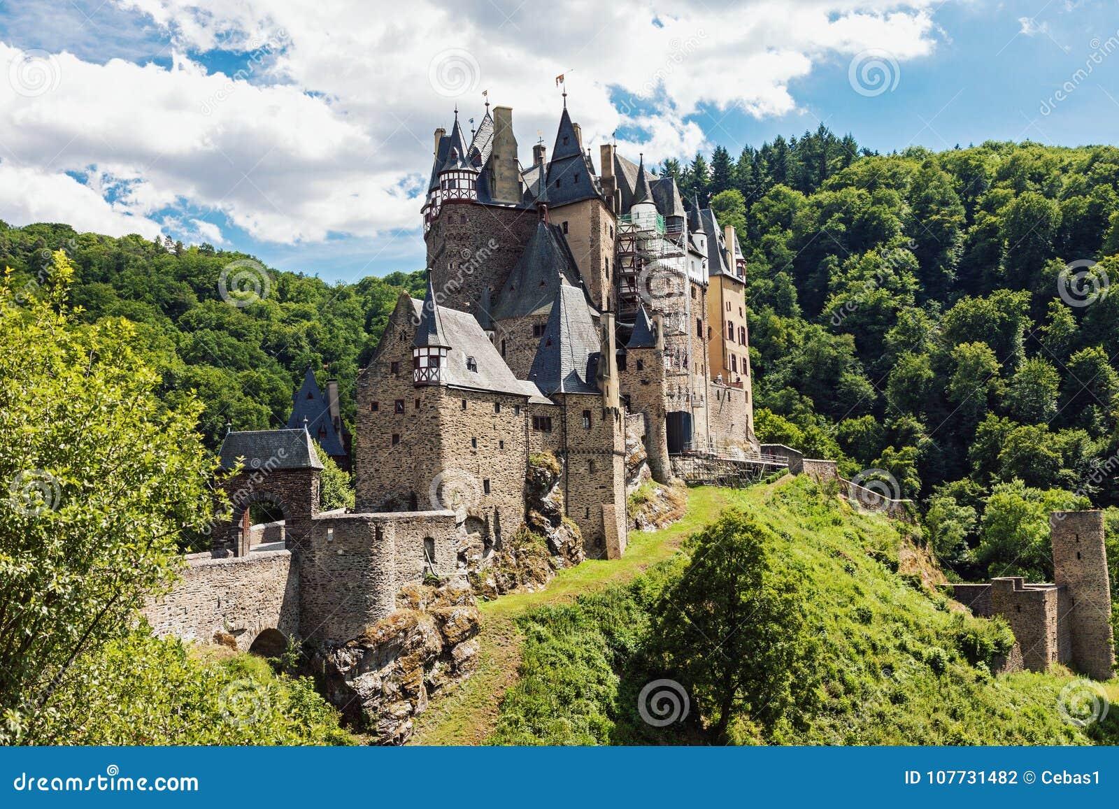 Eltz Castle στη Γερμανία την ηλιόλουστη θερινή ημέρα