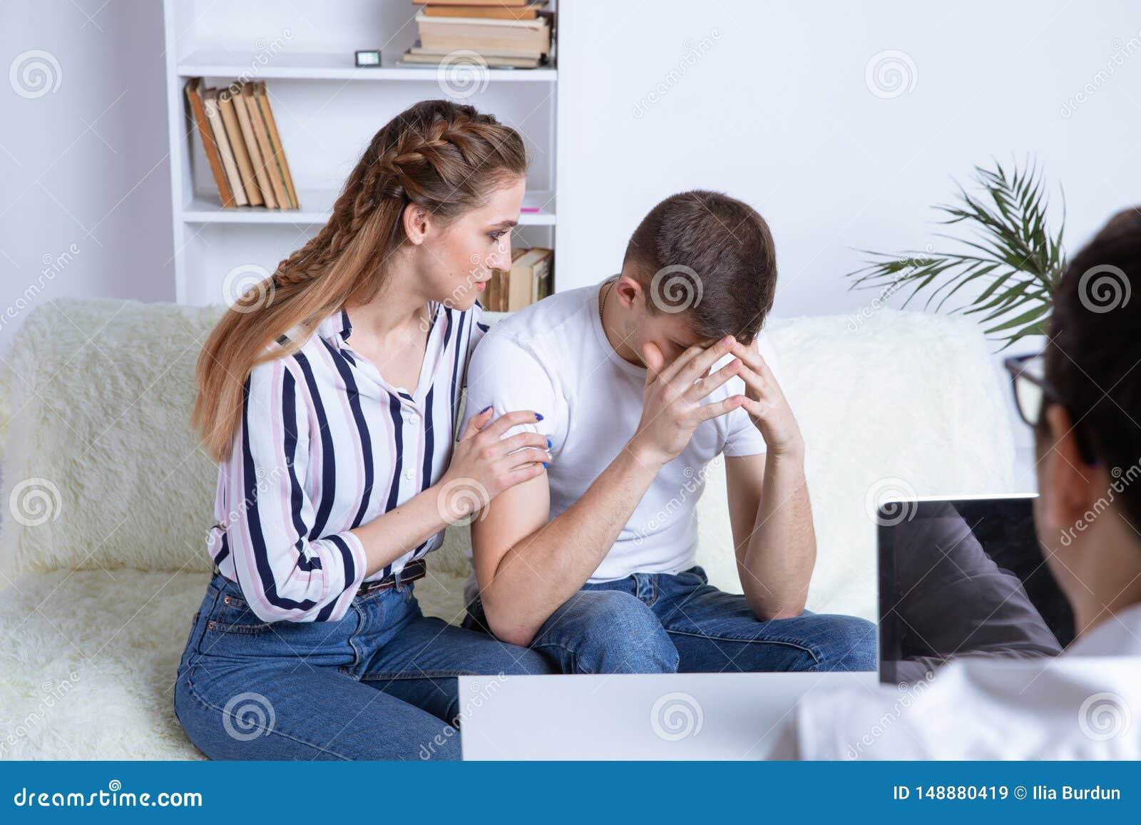 Em Beautiful do psic?logo o par novo est? sentando-se no sof? e est? abra?ando-se quando o doutor fizer uma anota??o