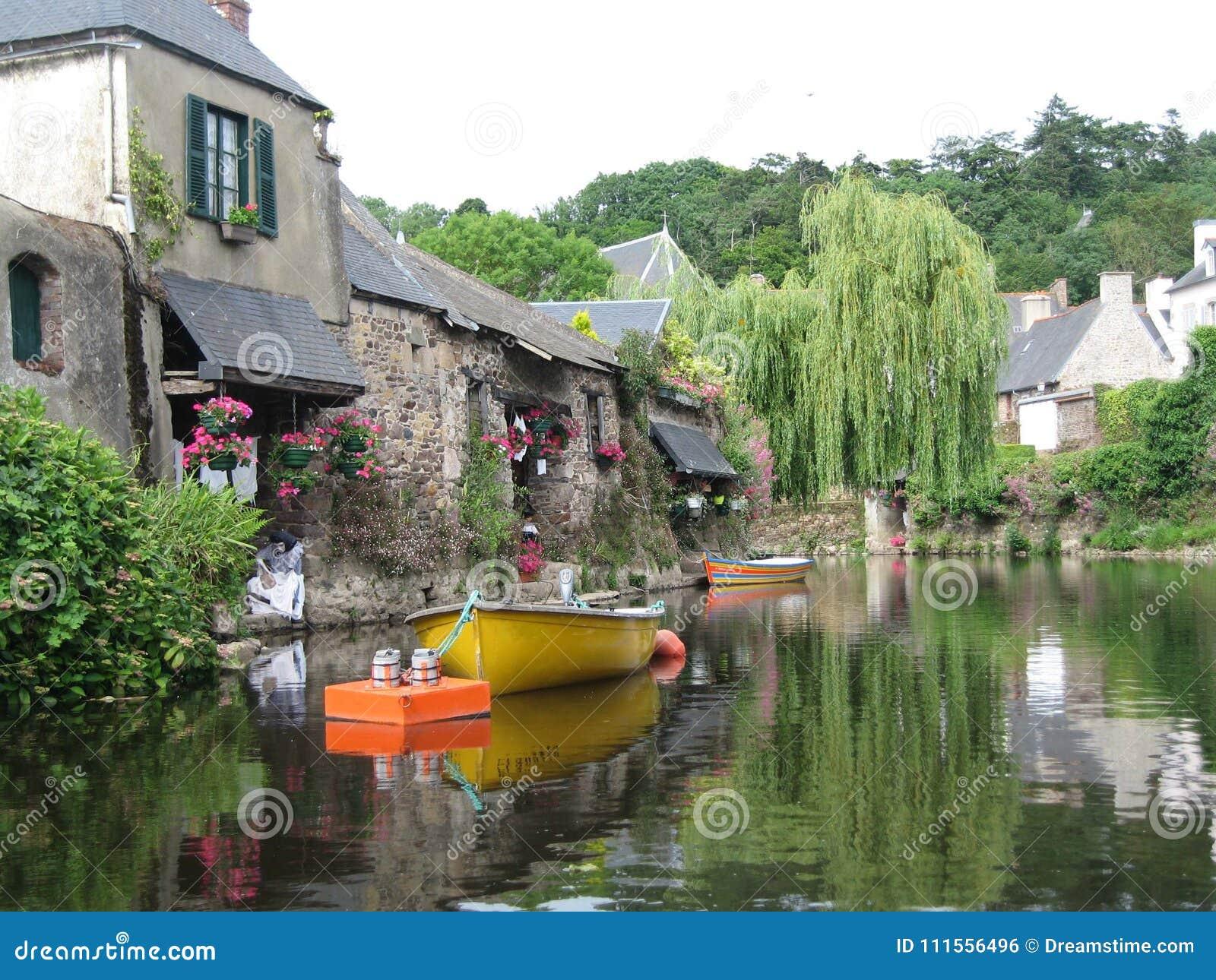 Em Brittany, visto as casas pitorescas com suas fachadas floridos