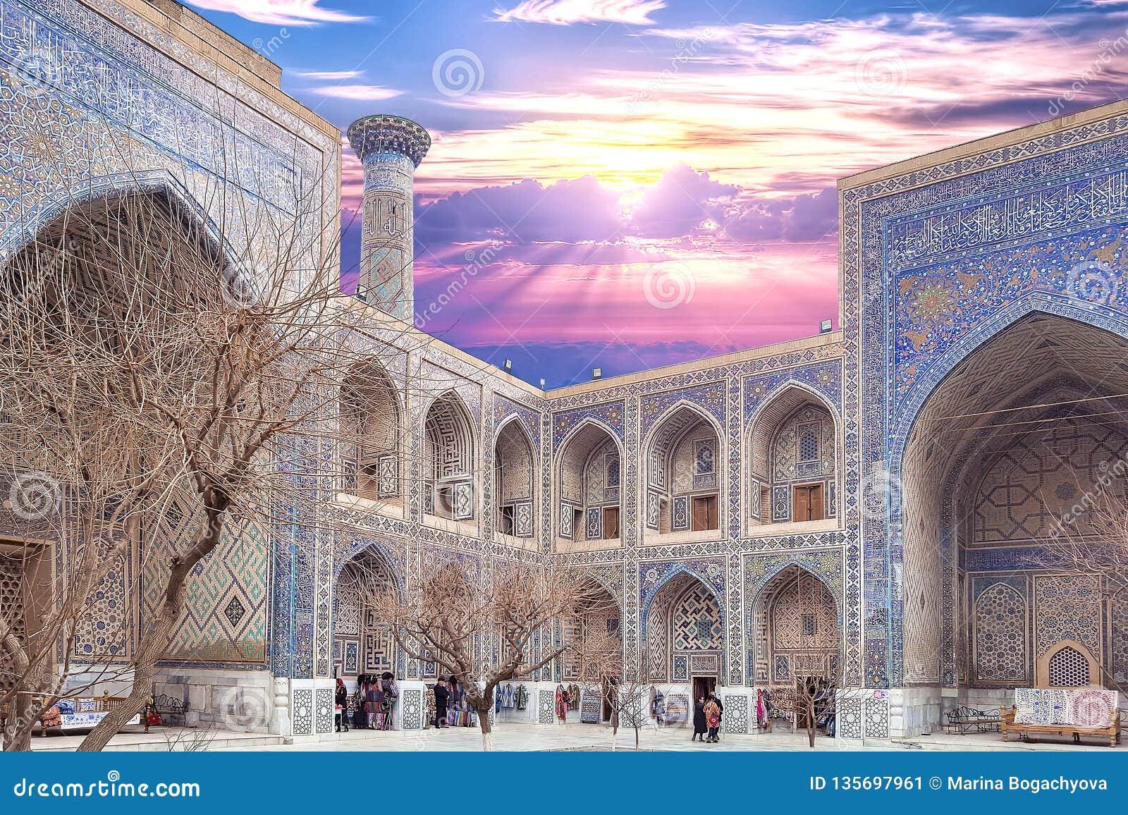 Em dezembro de 2018, Usbequistão, Samarkand, quadrado de Registan, Madrasa Sherdor 'residente dos leões '