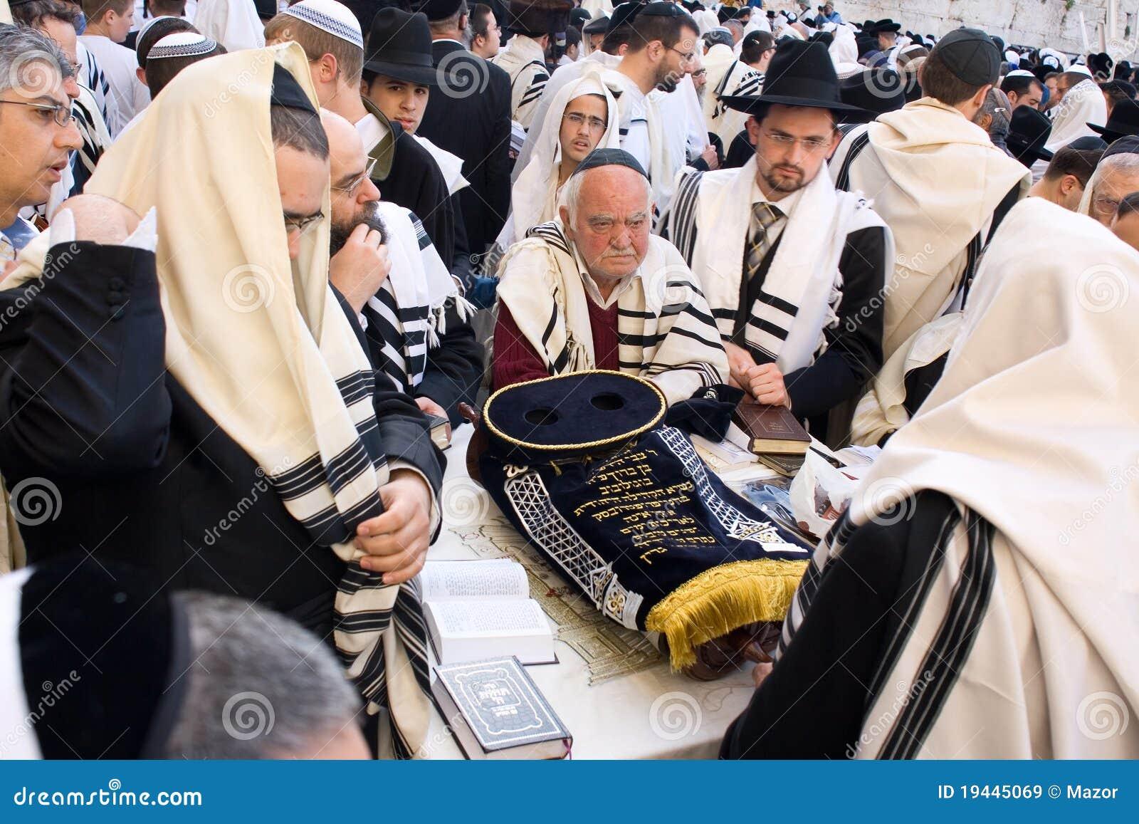 Em torno do rolo de Torah.