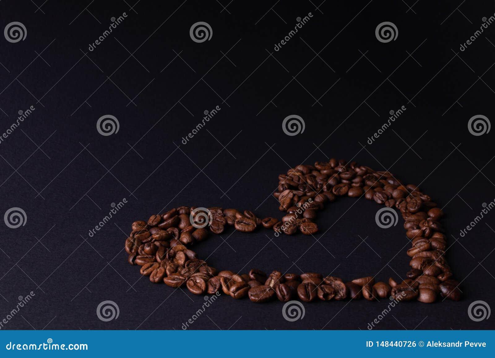 Em um coração escuro do contorno do fundo do café no canto direito