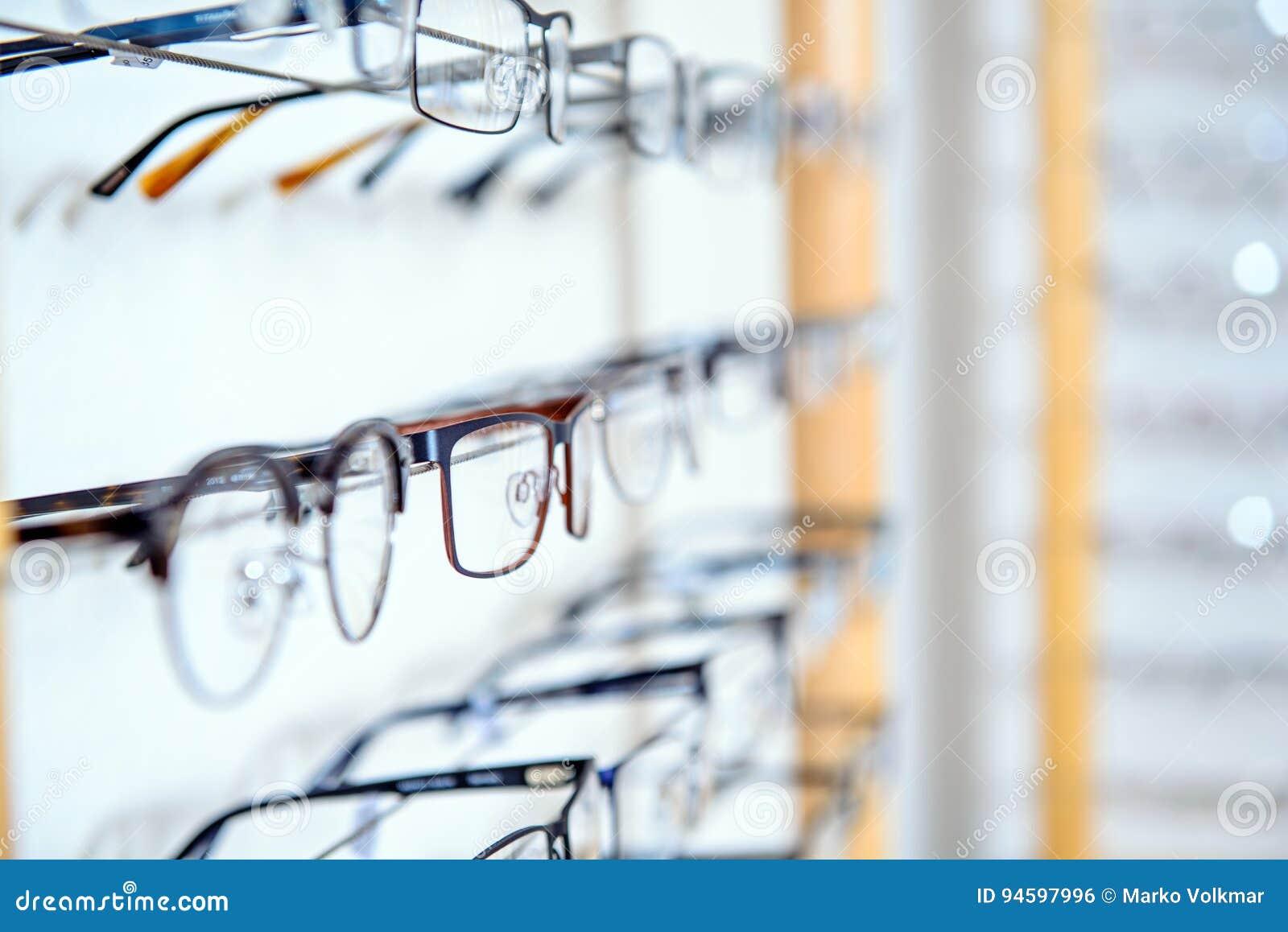 Em vidros diferentes da loja do ótico para a venda na cremalheira da parede