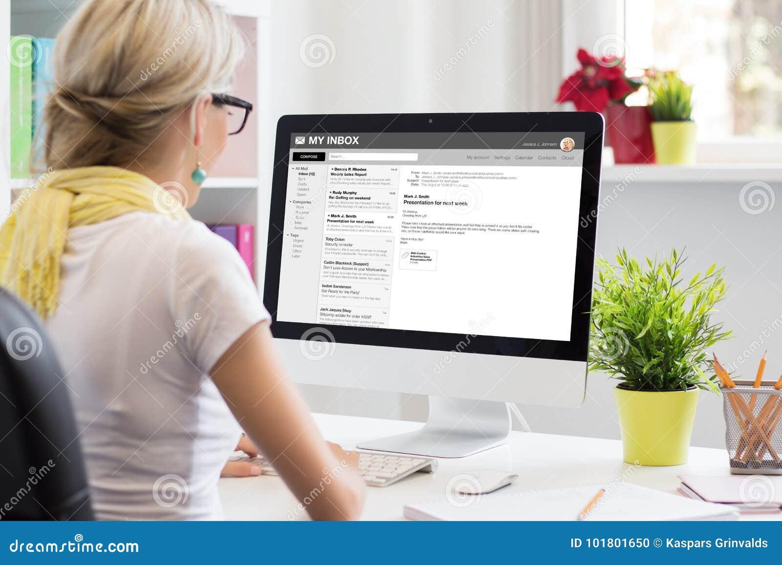 Email da leitura da mulher de negócios no computador