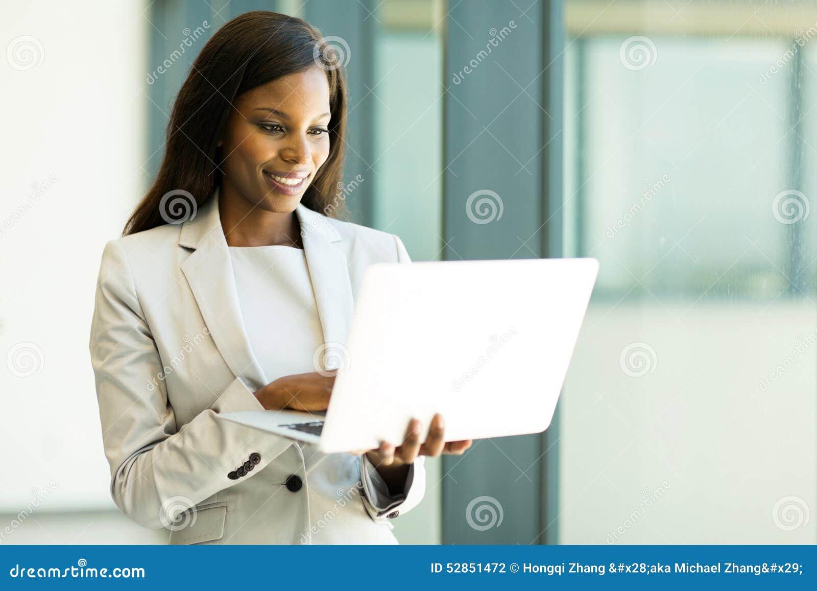 Email de lecture de femme d affaires