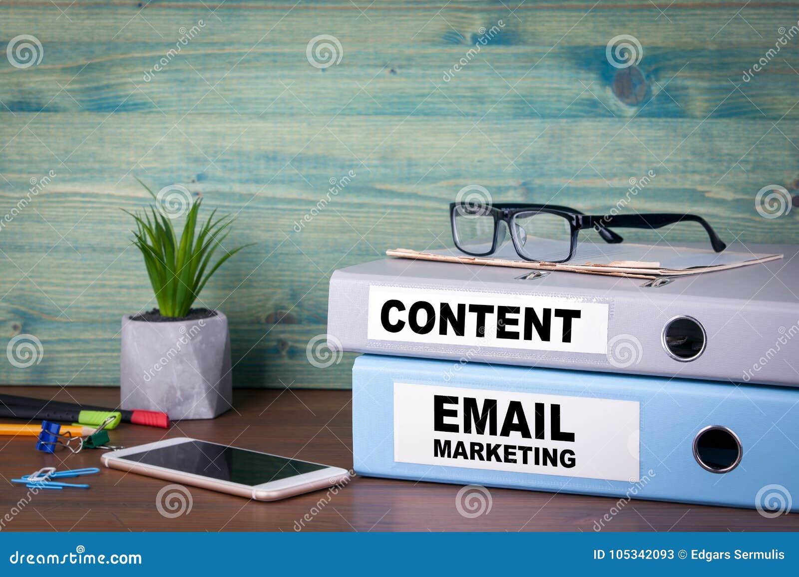 Emailmarknadsföring och innehåll Lyckad affär, advertizing och information om samkvämnätverkande