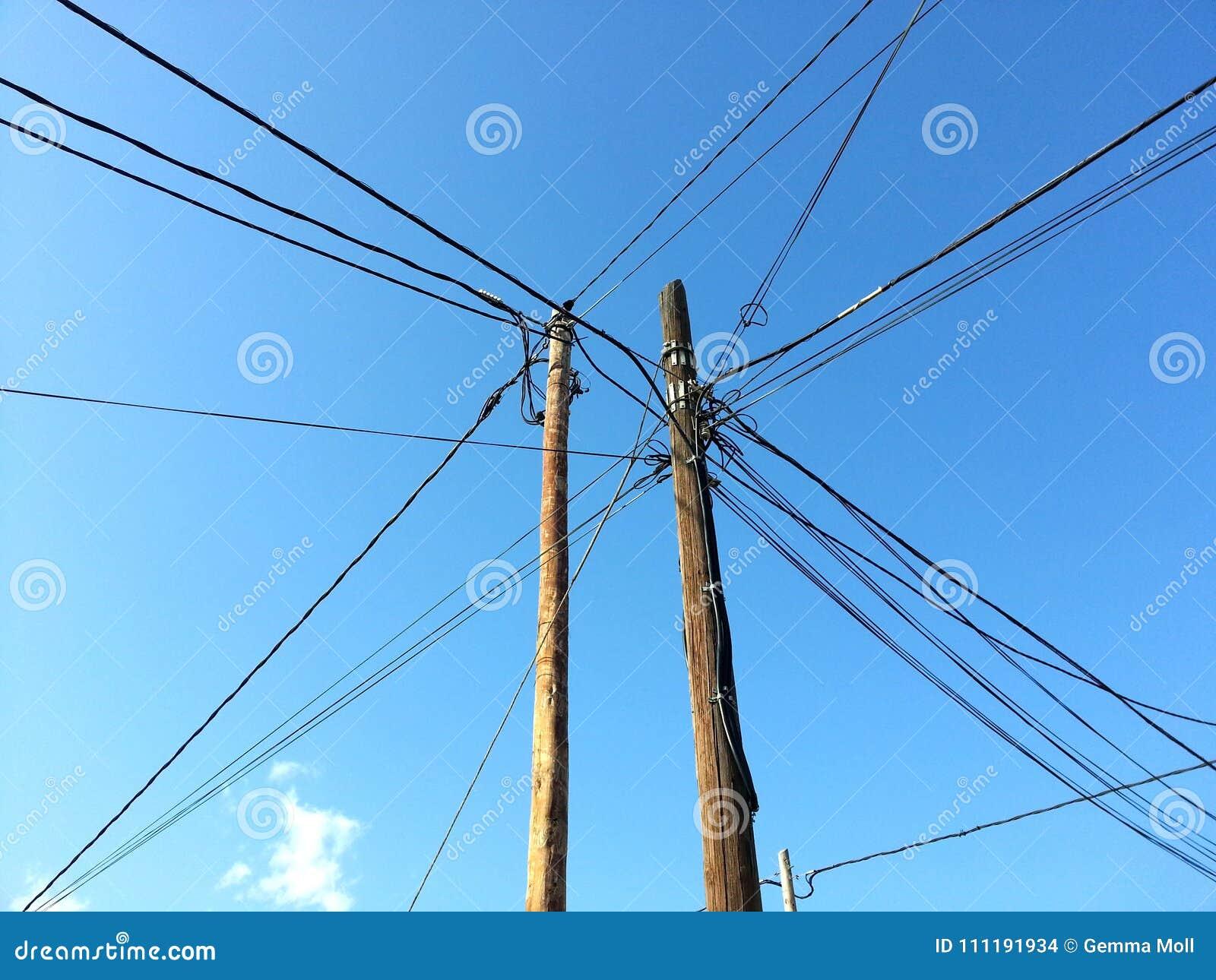 Emaranhado de cabos bondes, com o céu azul