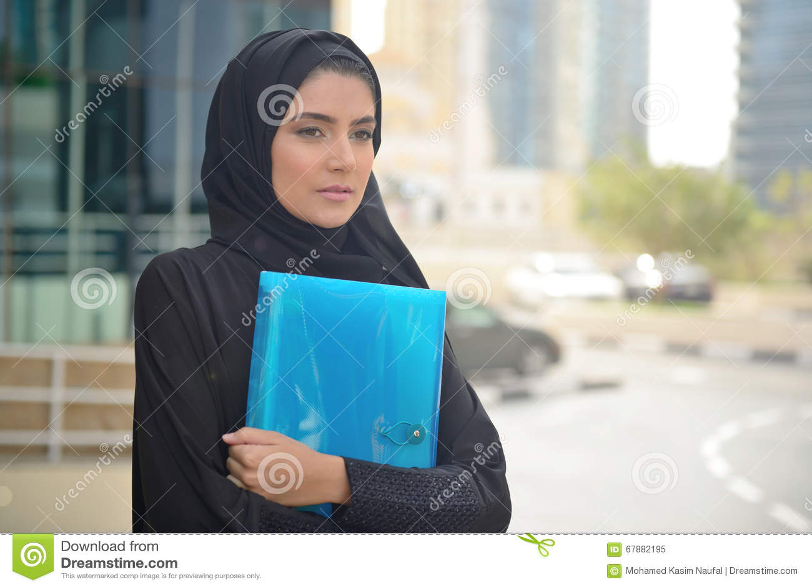Emarati阿拉伯女商人在办公室外