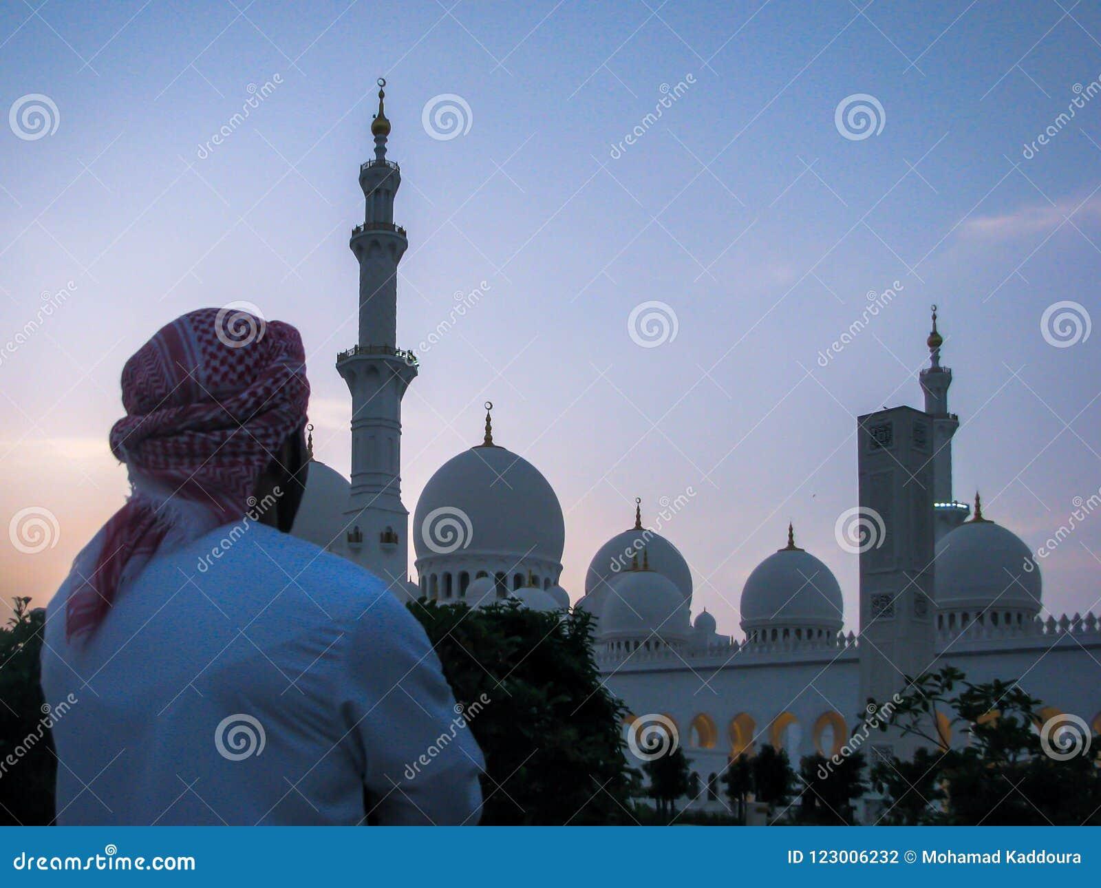 Emarati mężczyzna patrzeje Sheikh Zayed Uroczystego meczet