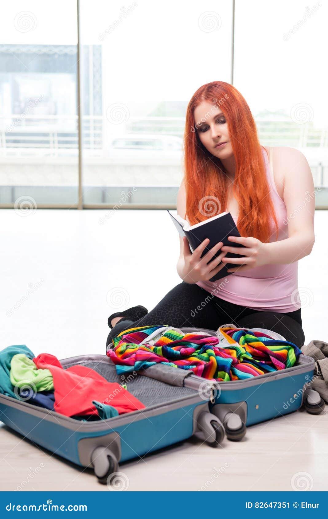 A embalagem da jovem mulher para férias do curso