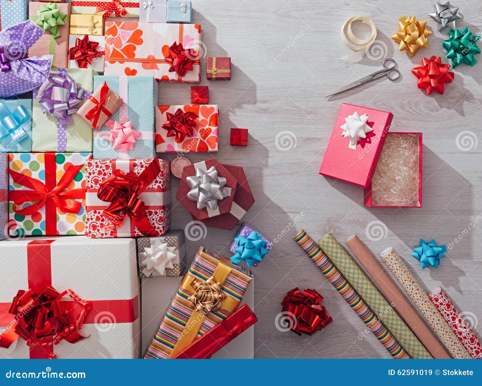 Embalaje de los regalos de la Navidad