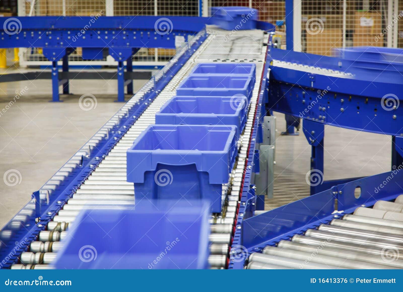 Emballages sur une bande de conveyeur