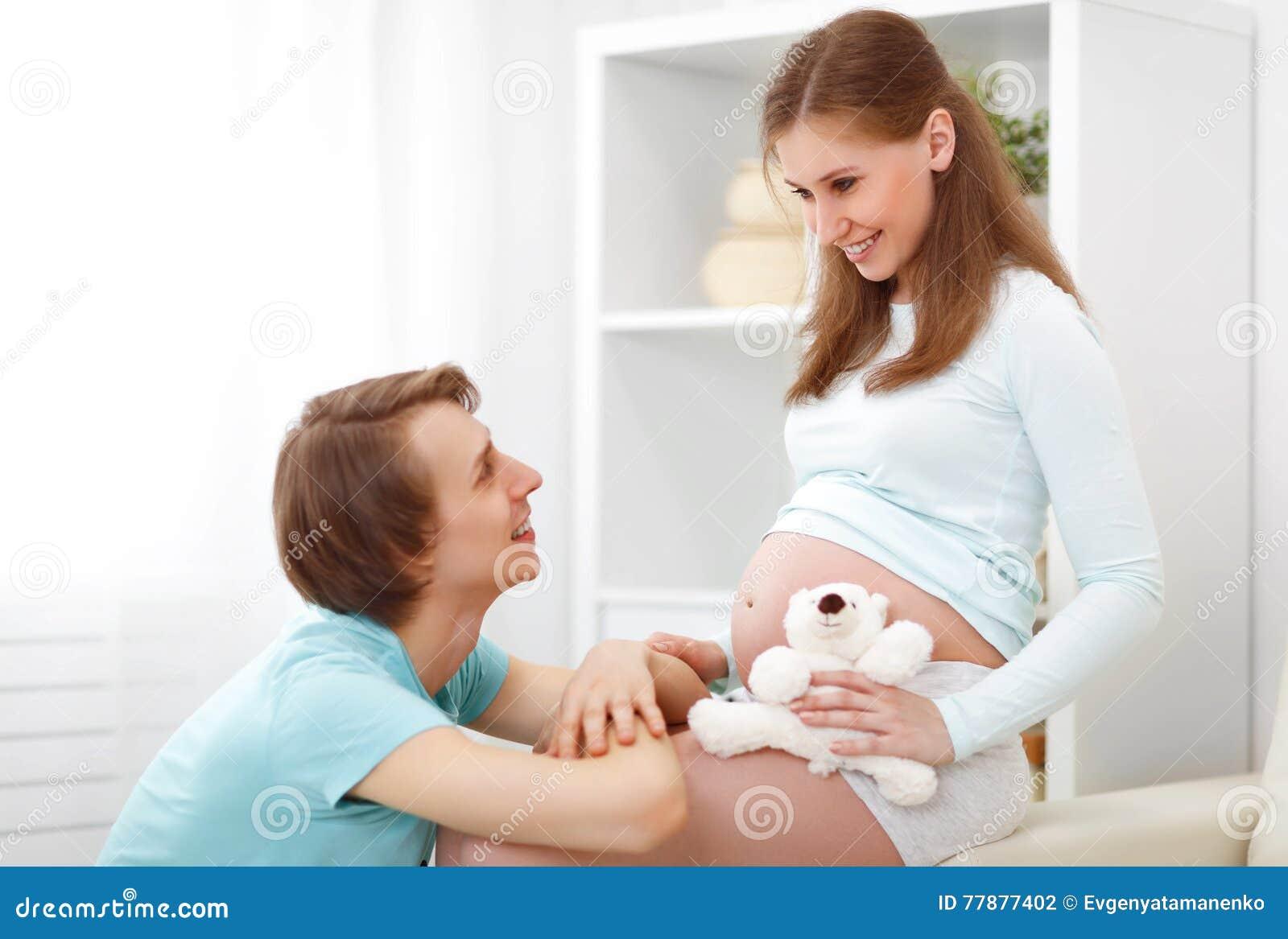 Embarazo El Futuro Feliz De La Familia Parents La Madre Y El Fathe Embarazadas Foto de archivo