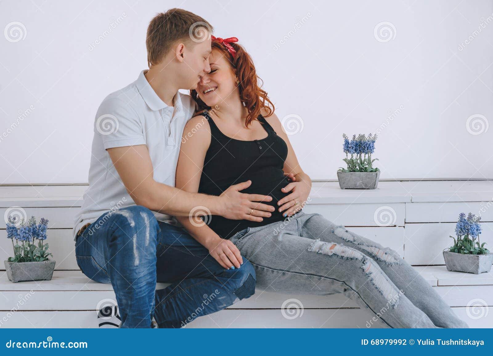 Embarazo Un hombre besa a una mujer embarazada El marido guarda su mano en la esposa del vientre Padres futuros Para a que espera