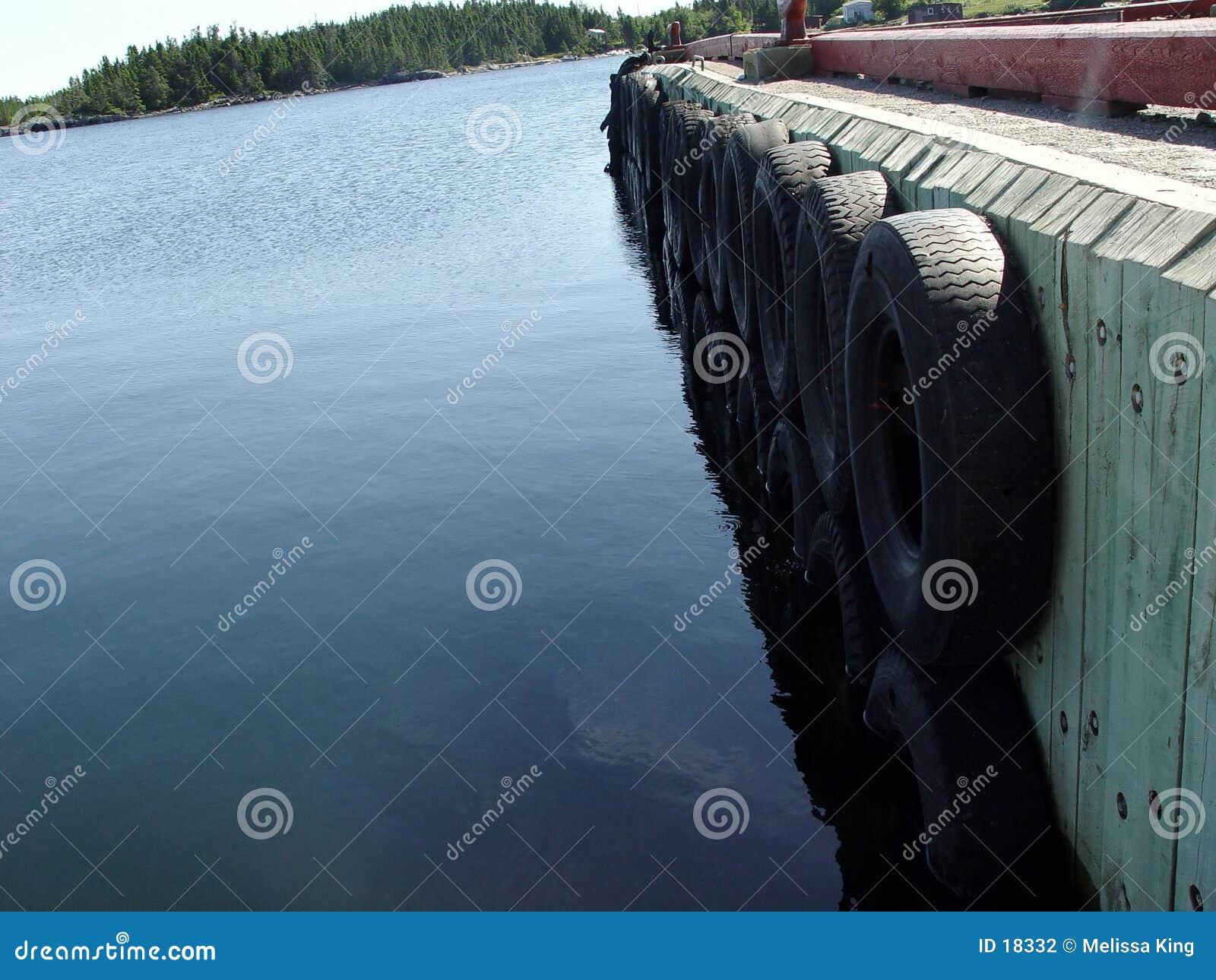 Embarcadero con los neumáticos como parachoques