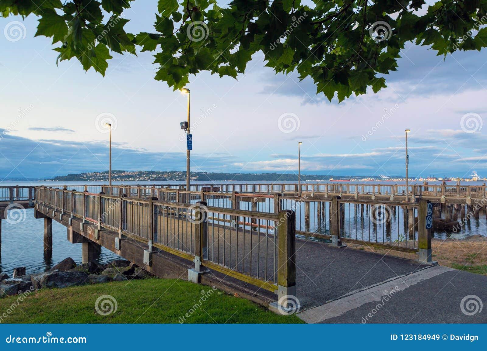 Embarcadero de la pesca a lo largo de la costa en Tacoma WA