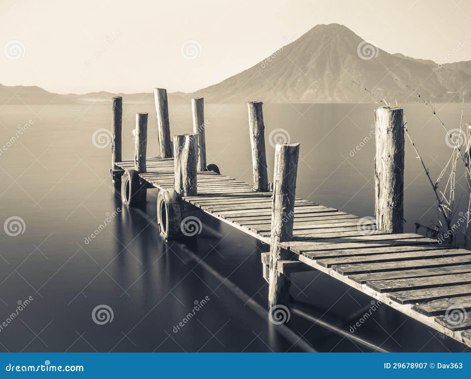 embarcadero de madera blanco y negro fotograf a de archivo
