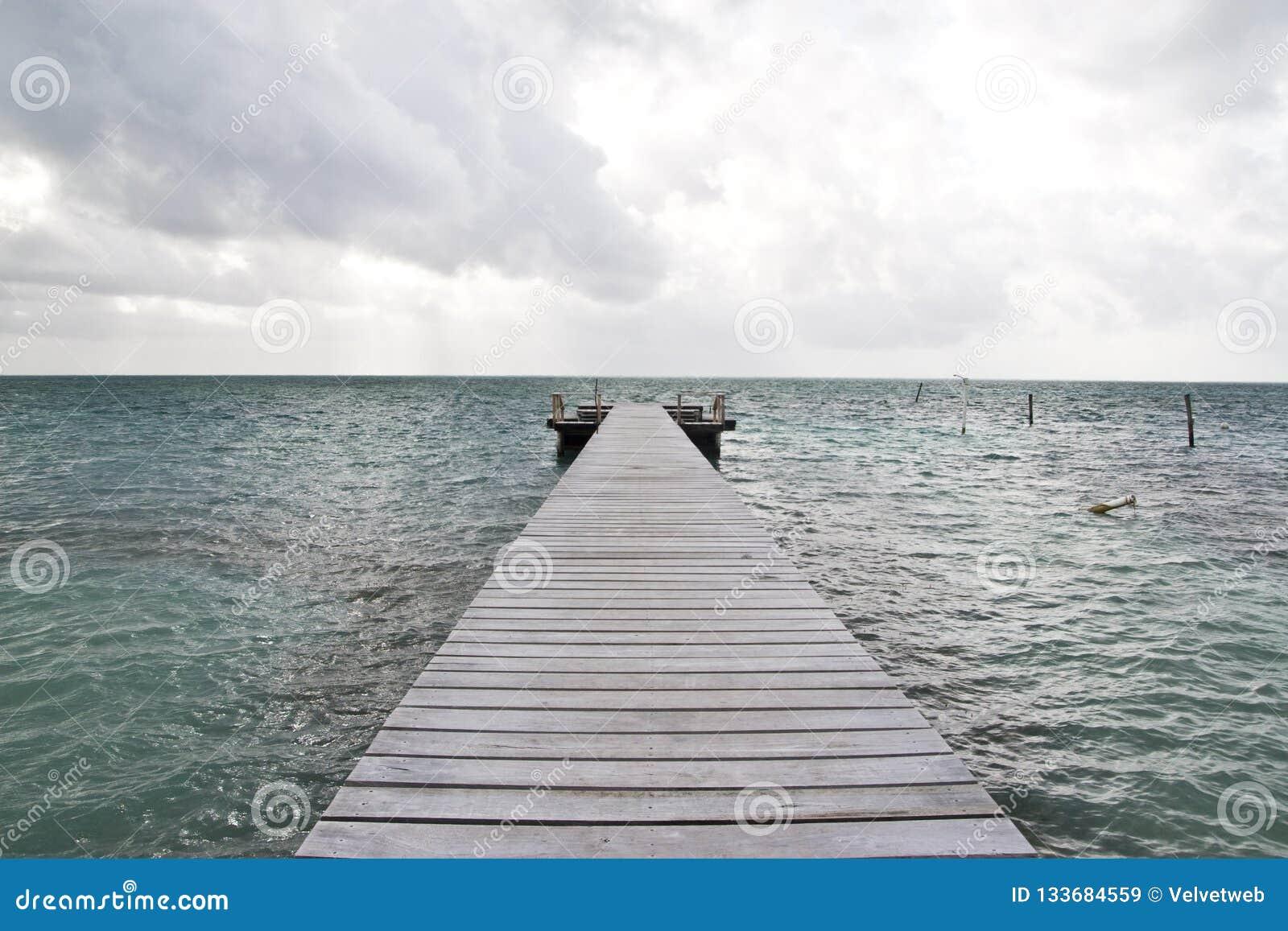 Embarcadero de madera, calafate de Caye